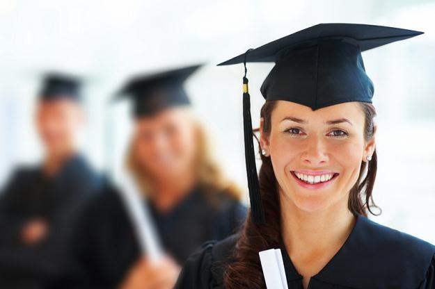 Świeżo upieczony absolwent chciałby zarabiać średnio 2056 zł netto /© Panthermedia