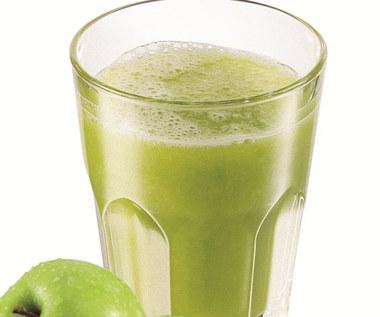 Świeżo wyciskany sok z jabłek, młodego szpinaku i cukinii, ze świeżą limonką