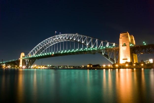 Sydney Harbour Bridge - jeden z największych mostów łukowych /123/RF PICSEL
