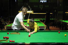 Sylwia Bogacka przy snookerowym stole