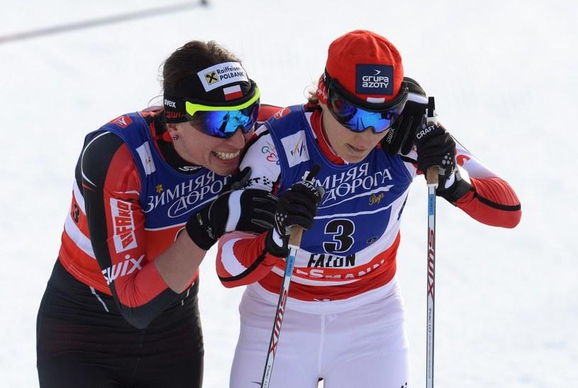 Sylwia Jaśkowiec (z prawej) i Justyna Kowalczyk po zdobyciu brązowego medalu MŚ w Falun w sprincie drużynowym /AFP