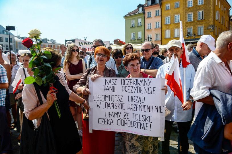 Sympatycy Andrzeja Dudy zgromadzeni na placu Zamkowym /Jakub Kamiński   /PAP