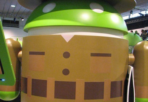 Sympatyczna maskotka Androida z gazetą w ręce /AFP