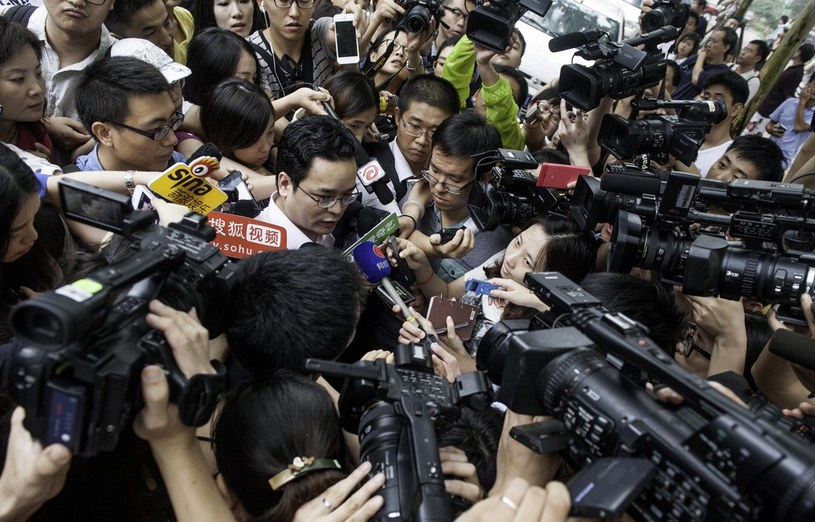 Syn generała w otoczeniu reporterów przed budynkiem sądu /East News