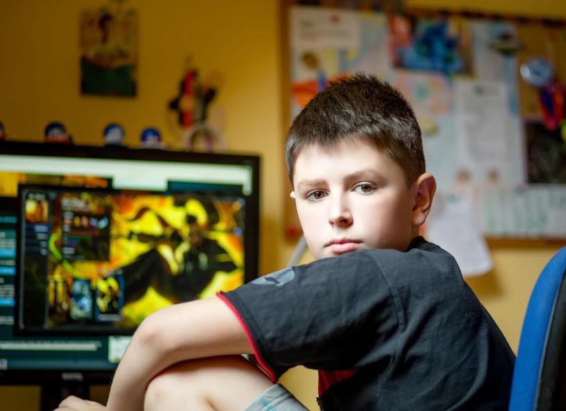 Syn najchętniej spędziłby wakacje przed komputerem /©123RF/PICSEL
