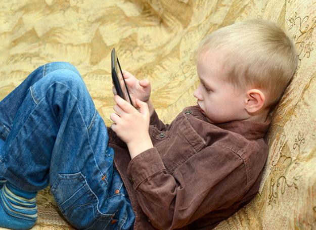 Syn nie chce rozstawać się z tabletem /123RF/PICSEL