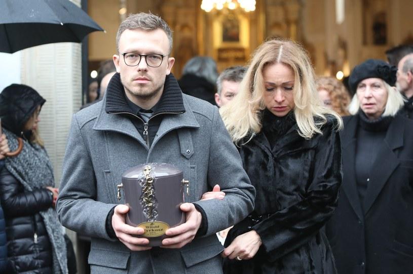 Syn Witolda Pyrkosza z urną z prochami ojca /Stanisław Kowalczuk /East News