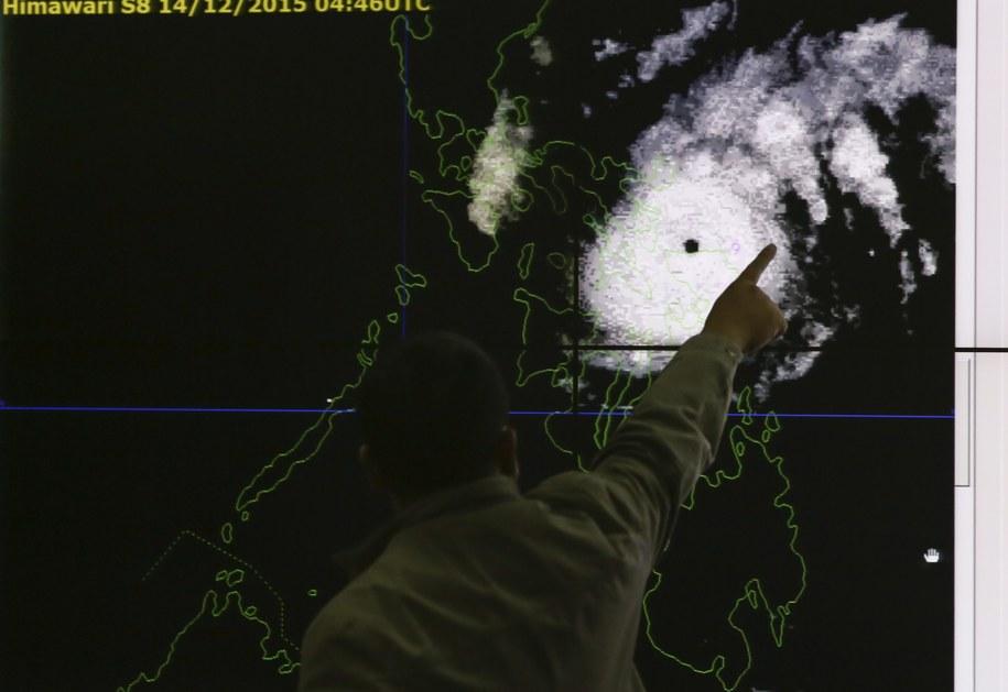 Synoptyk z filipińskich służb meteorologicznych wskazuje na mapie przewidywaną trasę przemieszczania się tajfunu Melor (lokalna nazwa: Nona) /MARK R. CRISTINO /PAP/EPA
