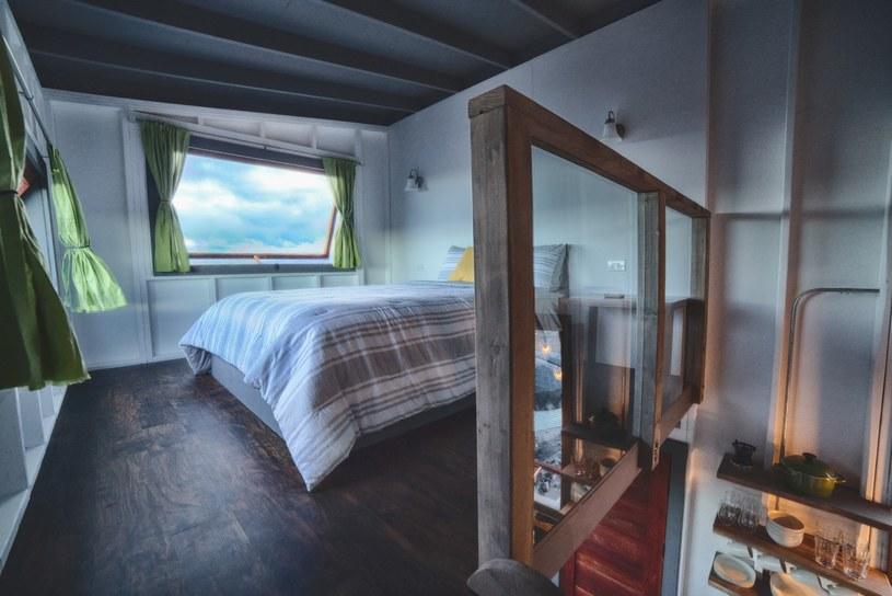 Sypialnia na piętrze. Tutaj też może być gorąco! /East News