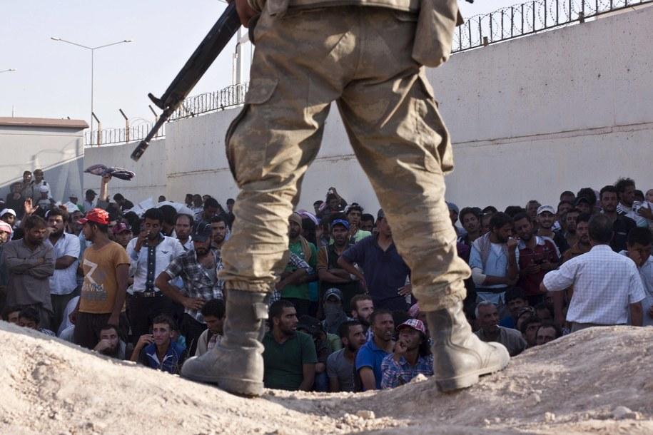 Syryjscy uchodźcy uciekający przed dżihadystami z Państwa Islamskiego /Tekin Refik    /PAP/EPA