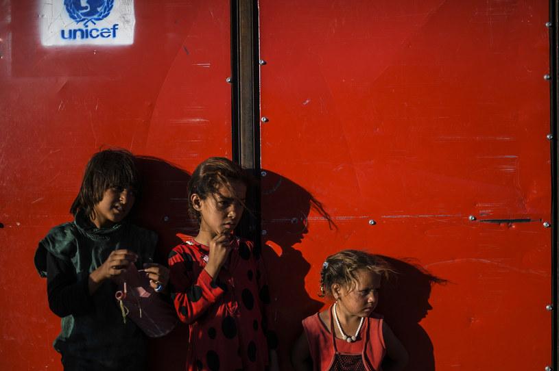 Syryjskie dzieci, które uciekły ze stolicy IS Ar-Rakki do wioski Ajn Isa /BULENT KILIC /AFP
