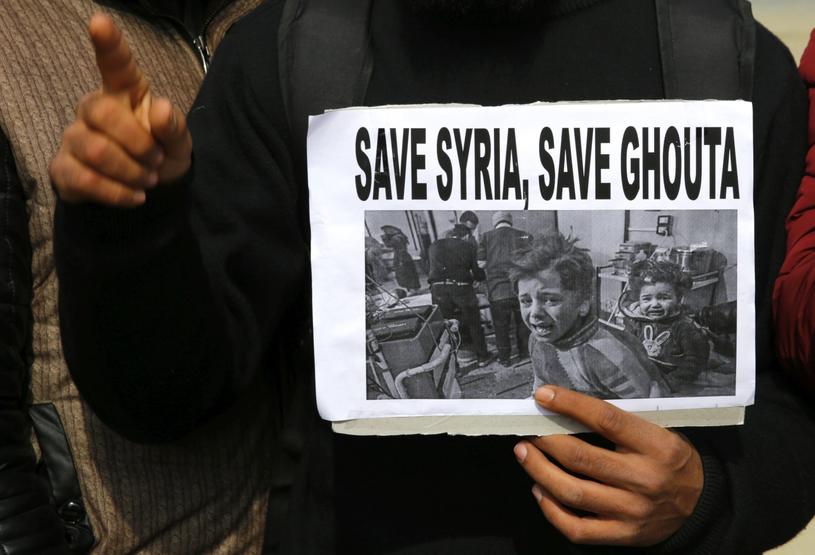 Syryjskie Obserwatorium Praw Człowieka informuje, że od 18 lutego w krwawych bombardowaniach i nalotach zginęło już 561 osób /PAP/EPA