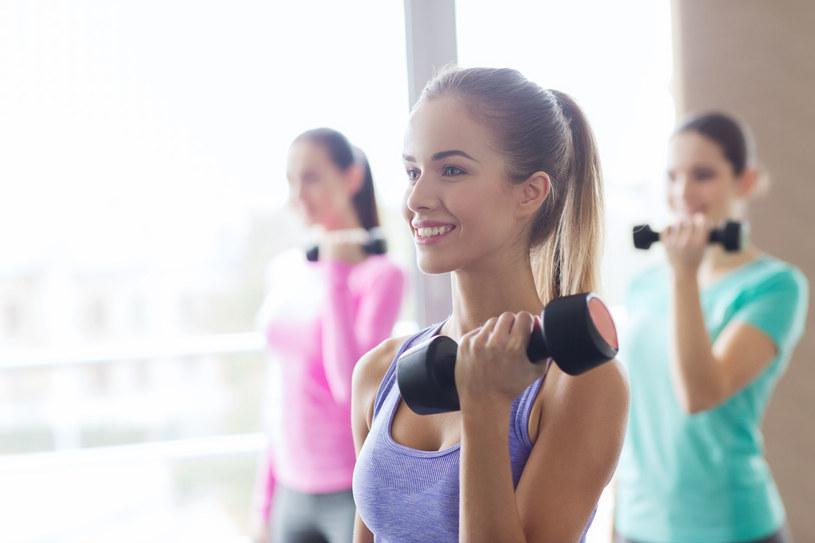 Systematyczną aktywność fizyczną warto również wzbogacać treningiem siłowym /©123RF/PICSEL