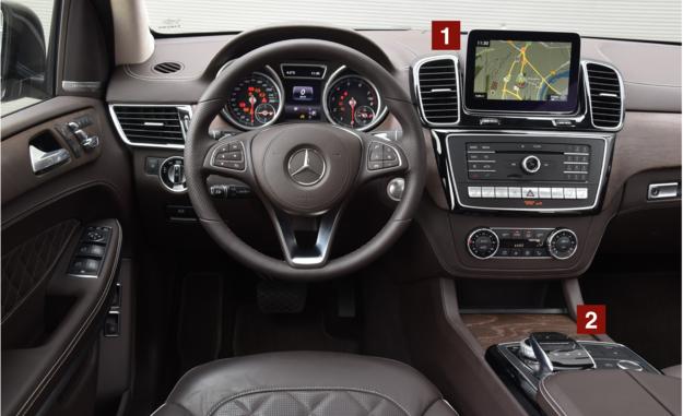 Systemem multimedialnym wyposażonym w centralny monitor i wieloma ustawieniami auta steruje się za pomocą pokrętła i gładzika na konsoli. /Motor