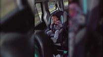 Szalony taniec malucha w samochodzie
