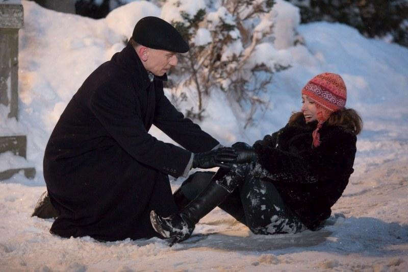 Szarmancki Krzysztof natychmiast postanowi zaopiekować się zarówno poszkodowaną Julią, jak i zagubionym pieskiem, który się do niego przybłąka. /Agencja W. Impact