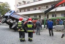 Jezdnia zapadła się pod ciężarówką - zobacz zdjęcia