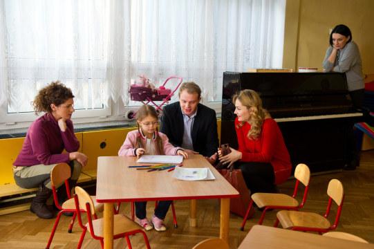 Szczęśliwa rodzinka? Na razie to tylko marzenie, ale — kto wie — przecież ma szansę się spełnić. /Radek Orzeł  /TVN