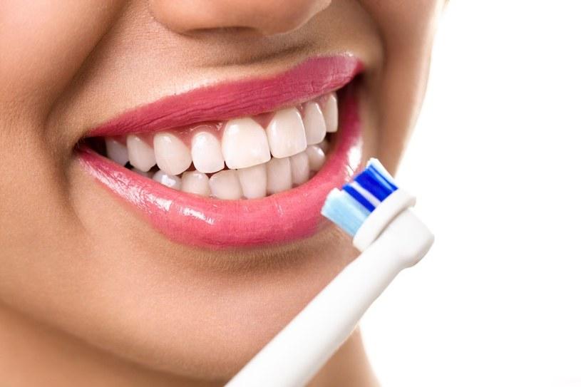 Szczoteczki elektryczne są znacznie wygodniejsze w użyciu od manualnych, a także dużo bardziej skuteczne w kwestii oczyszczania zębów z nalotu /123RF/PICSEL