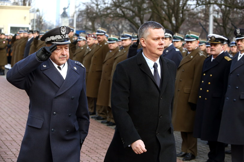 Szef DGRSZ gen. broni Lech Majewski (L) oraz minister obrony Tomasz Siemoniak (C) podczas uroczystości. /Tomasz Gzell /PAP