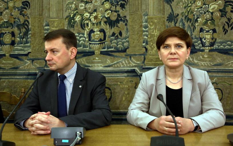 Szef KP PiS Mariusz Błaszczak (L) i wiceprzewodnicząca partii Beata Szydło (P) /Tomasz Gzell /PAP