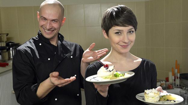 Szef kuchni Daniel Rosiak (Dawid Kartaszewicz) i kelnerka Marlena (Magdalena Grąziowska). /AKPA