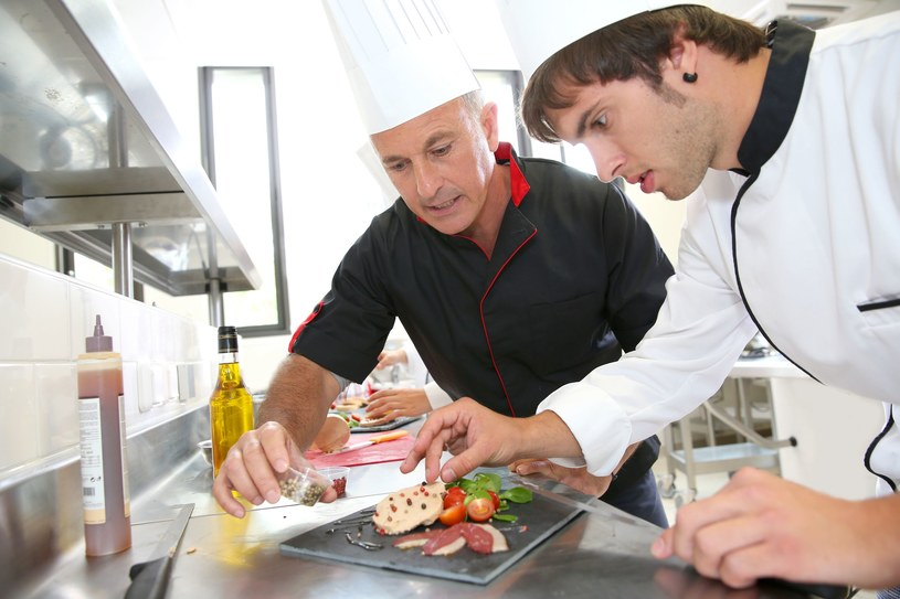 Szef kuchni gotuje, kontroluje i zarządza pracą restauracji /123RF/PICSEL