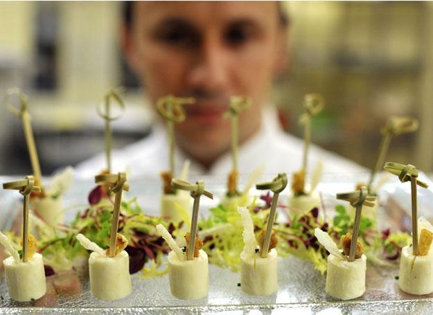Szef kuchni pałacu Buckingham z talerzem przystawek /AFP