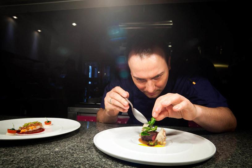 Szef kuchni Tim Raue przgotowuję potrawę do podania /Gordon Welters /The New York Times