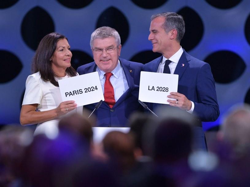Szef MKOl Thomas Bach (w środku) wraz z przedstawicielami miast gospodarzy IO -  merem Paryża Anne Hidalgo (z lewej) i burmistrzem Los Angeles Erikiem Garcettim /AFP