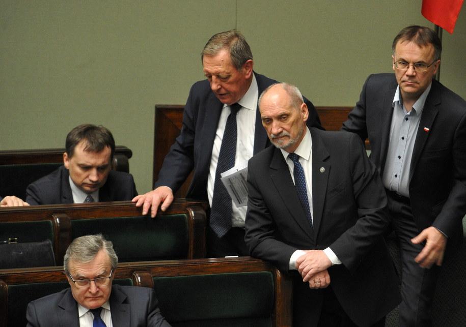 Szef MON Antoni Macierewicz w ławach rządowych w Sejmie /Marcin Obara /PAP