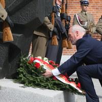 Szef MON przekonuje powstańców do upamiętniania ofiar katastrofy smoleńskiej