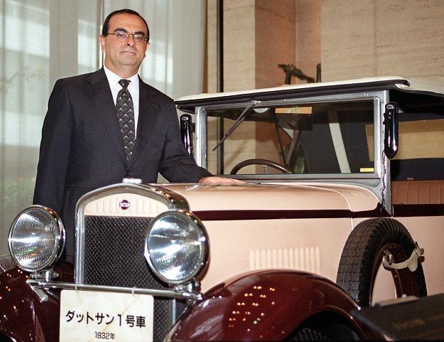 Szef Nissana Carlos Ghosn przy pierwszym modelu Nissana o nazwie Datsun /AFP
