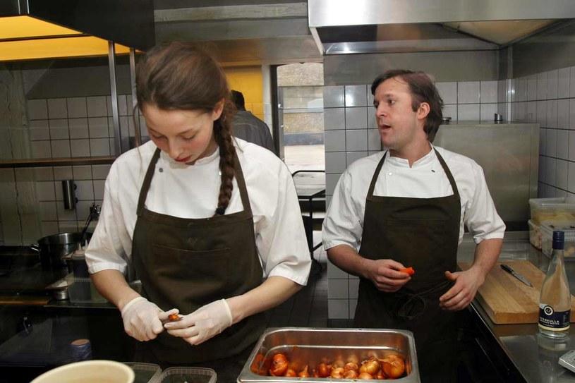 Szef René Redzepi przygotowuje dania w kopenhaskiej Nomie /AFP