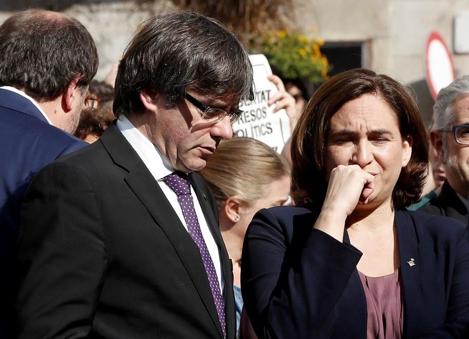 Szef rządu Katalonii Carles Puigdemont i Ada Colau, alkad Barcelony. /ANDREU DALMAU /PAP/EPA