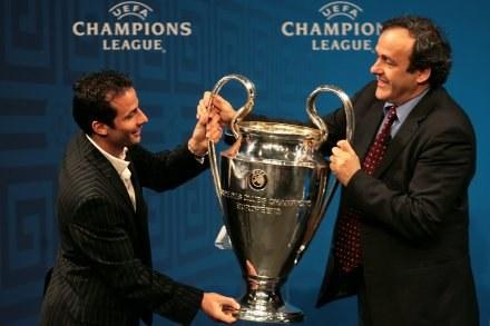 Szef UEFA Michel Platini (z prawej) chce zreformować Ligę Mistrzów /AFP
