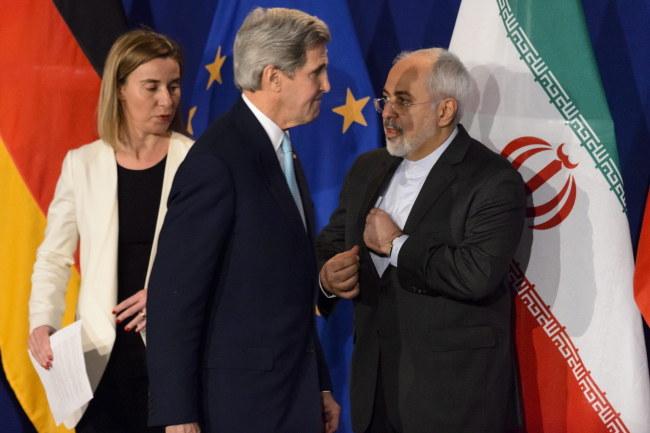 Szefowa unijnej dyplomacji Federica Mogherini, sekretarz stanu USA John Kerry i irański minister spraw zagranicznych Javad Zarif / PAP/EPA/LAURENT GILLIERON /PAP/EPA