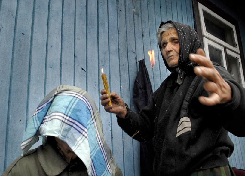 Szeptucha Anna Bondaruk leczy modlitwą; podpalajac len nad świecą /Andrzej Sidor /Agencja FORUM