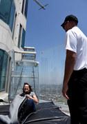 Szklana zjeżdżalnia na szczycie wieżowca