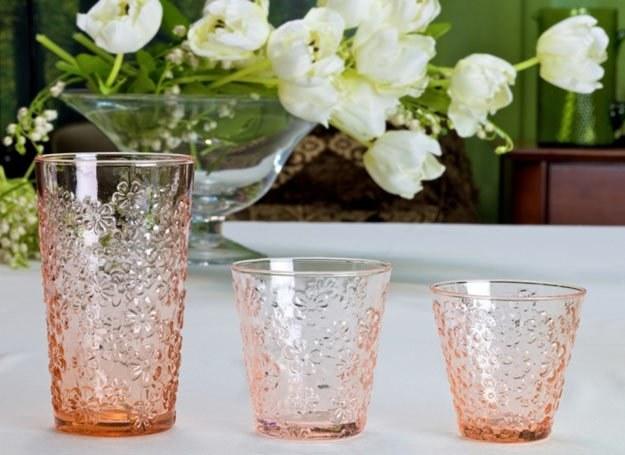 Szklaneczki z kolorowego szkła są idealne do letnich drinków fot. Villa Italia /materiały prasowe
