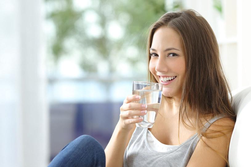 Szklanka wody pomoże na czkawkę /123RF/PICSEL