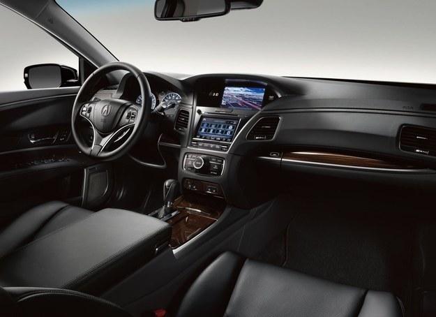 Szlachetną naturę RLX-a podkreśla perforowana skóra oraz wstawki z naturalnego drewna i aluminium. /Acura