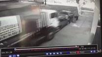 Szok! Rozpędzona śmieciarka mknie bez kierowcy