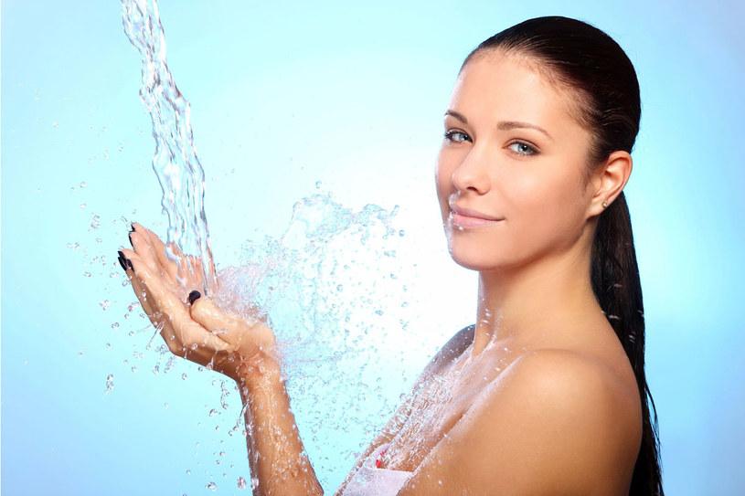 Szorstka skóra i suche wlosy to znak, że potrzebujesz nawilżenia /123RF/PICSEL