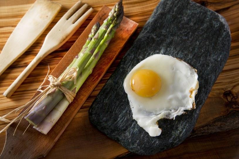 Szparagi i jajko - idealne połączenie /123RF/PICSEL