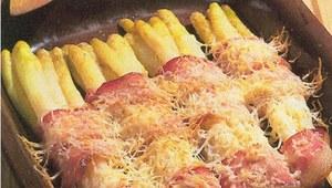 Szparagi w beszamelu z szynką parmeńską
