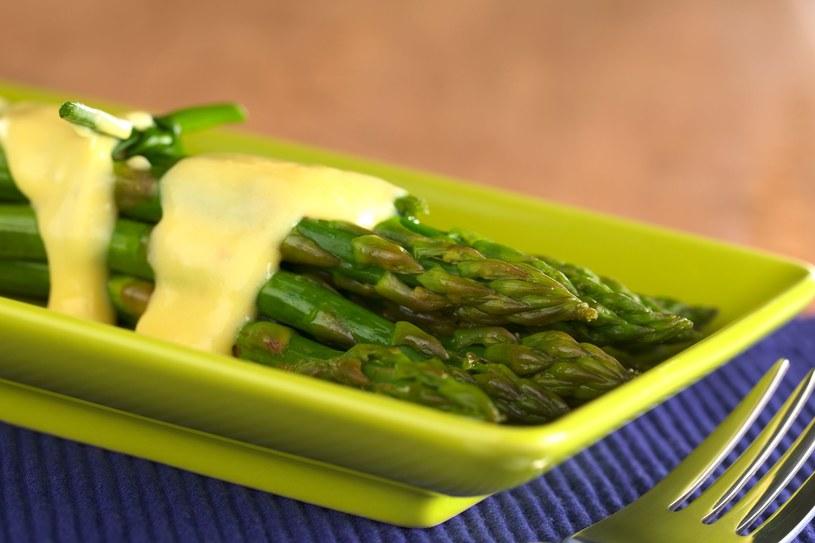 Szparagi z sosem serowym /123RF/PICSEL