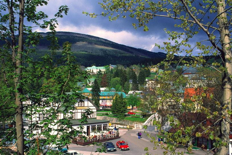 Szpindlerowy Młyn ze wszystkich stron otaczają malownicze szczyty Czeskiego Grzbietu /Agencja FORUM