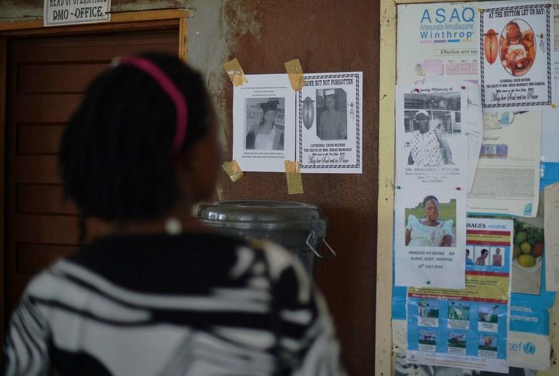 Szpital w mieście Kenema (Sierra Leone). Tablica upamiętniająca 15 osób z personelu medycznego, które zaraziły się od pacjentów wirusem ebola i zmarły /AFP