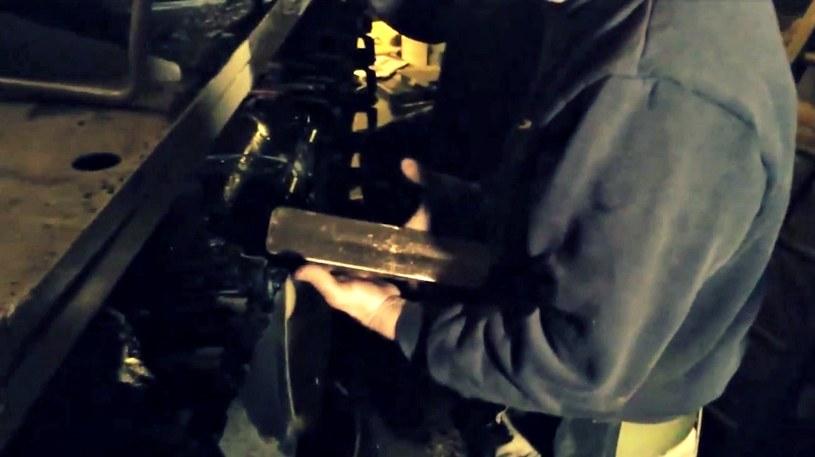 Sztabki znaleziono w zbiorniku paliwa. Przeleżały w nim prawie 30 lat! /YouTube